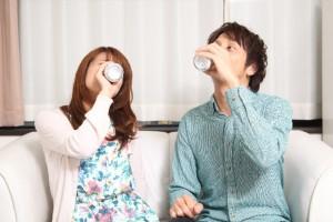 飲むカップル
